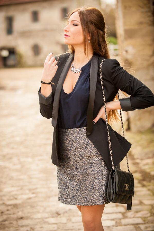 blazer smoking noir naf naf jupe or et bleu naf naf chemisier bleu nuit naf naf chanel bag vintage collier vj style bracelet agatha