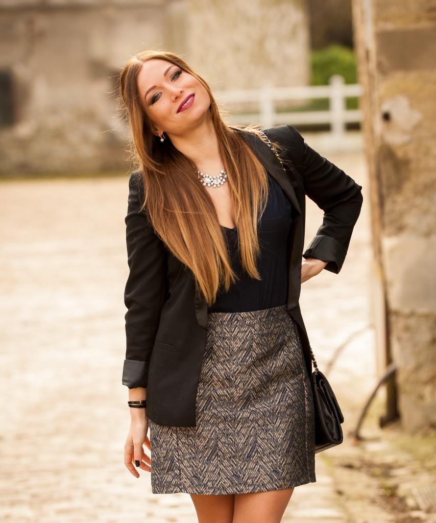 blazer smoking noir naf naf jupe or et bleu naf naf chemisier bleu nuit naf naf collier vj style chanel bag