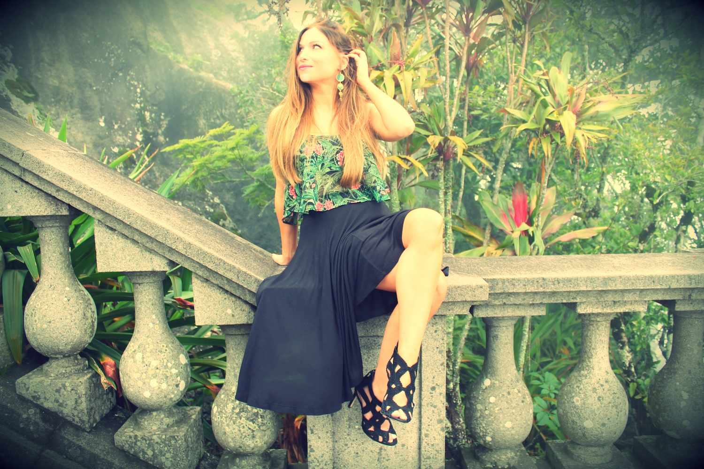 jupe midi h&m noir et crop top motif tropical vert blog mode