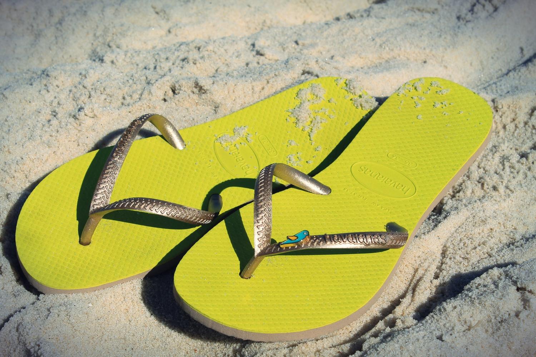 tong havaianas personnalisées customisées bijoux oiseau tropical jaune vert