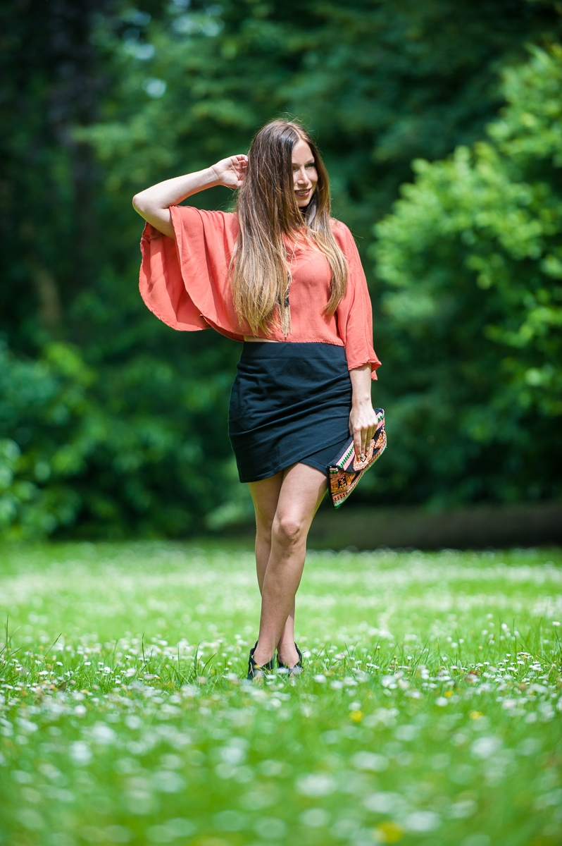 tenue été top fluide orange mini jupe noir fashion summer blog