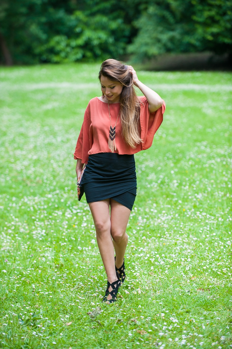 haut fluide orange jupe noir tulipe collier ethnique