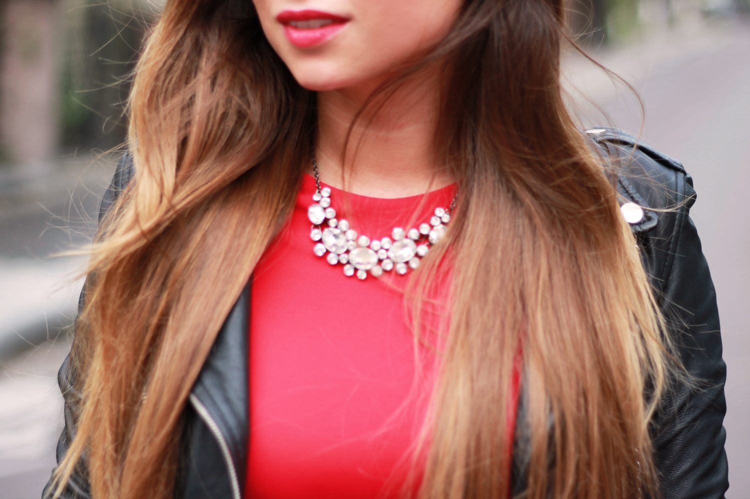 Robe rouge et collier
