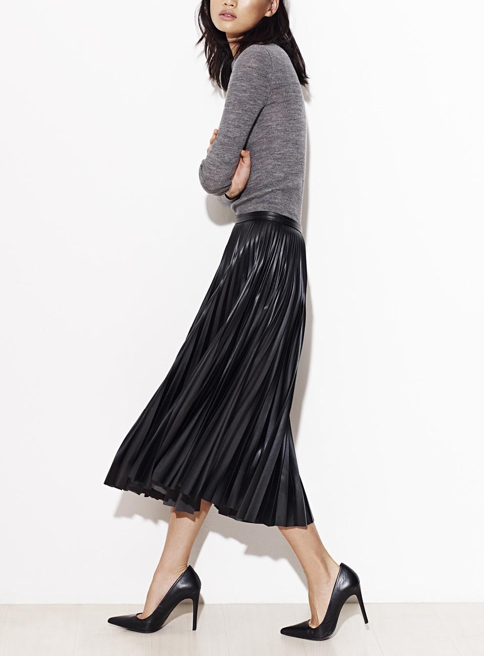 jupe plissée en cuir et escarpin talon aiguille mango