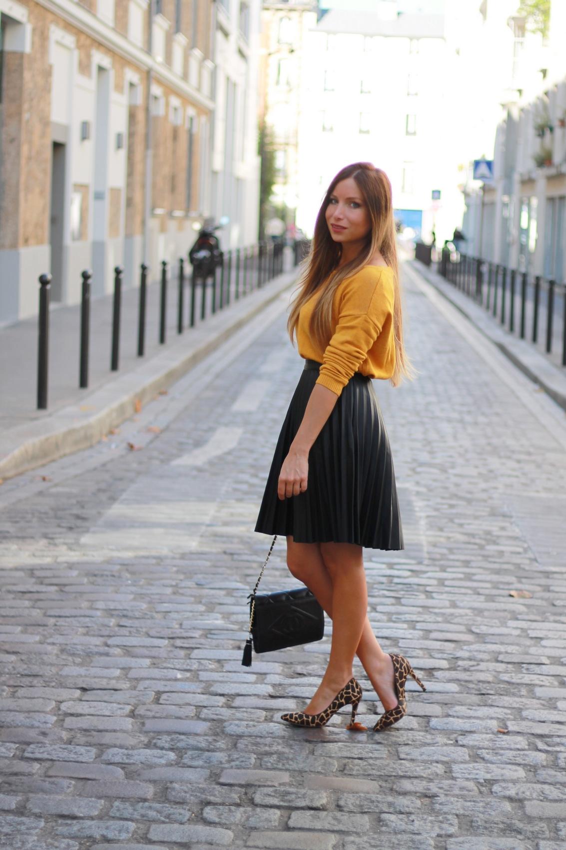 jupe midi en cuir noir pull jaune escarpins leopard sac matelassé chanel vintage
