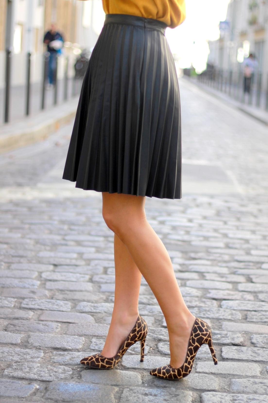 jupe midi plissée zara en simili cuir noir escarpins imprimé animal girafe bata