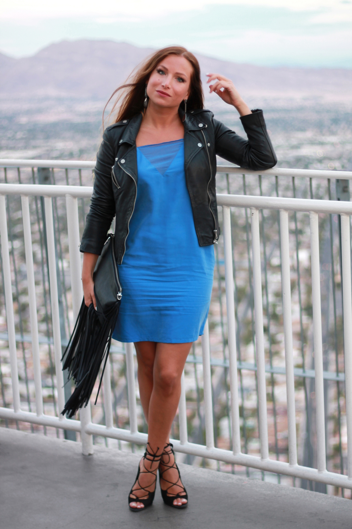 robe bleu dos nu minimaliste perfecto en cuir zara sandales à lacets aldo pochette à franges h&m