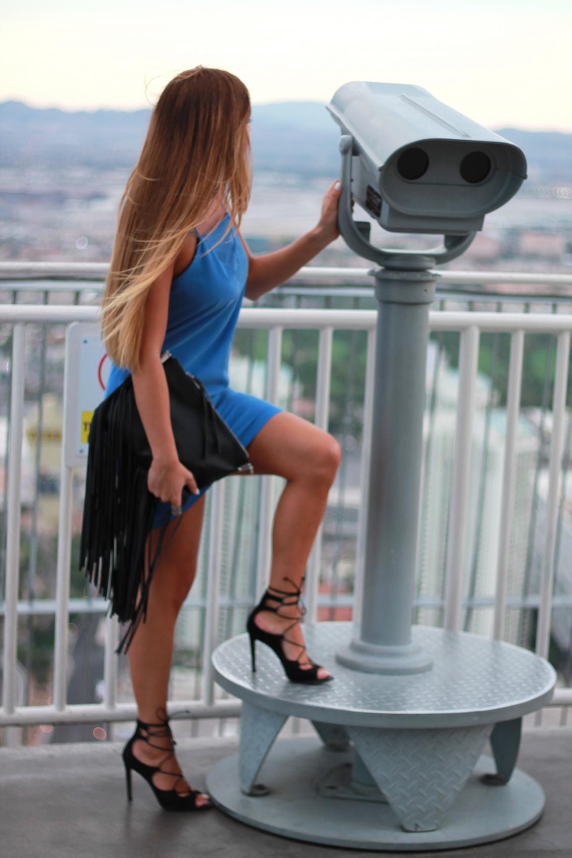 robe bleu et sandales à lacets noir en daim pochette à franges