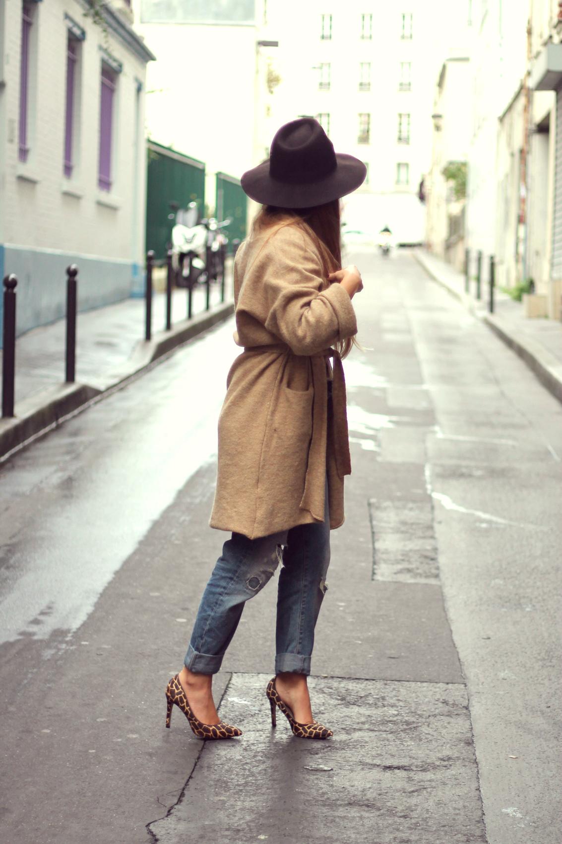 jean boyfriend zara cardigan beige chapeau capeline fedora escarpins talons aiguille