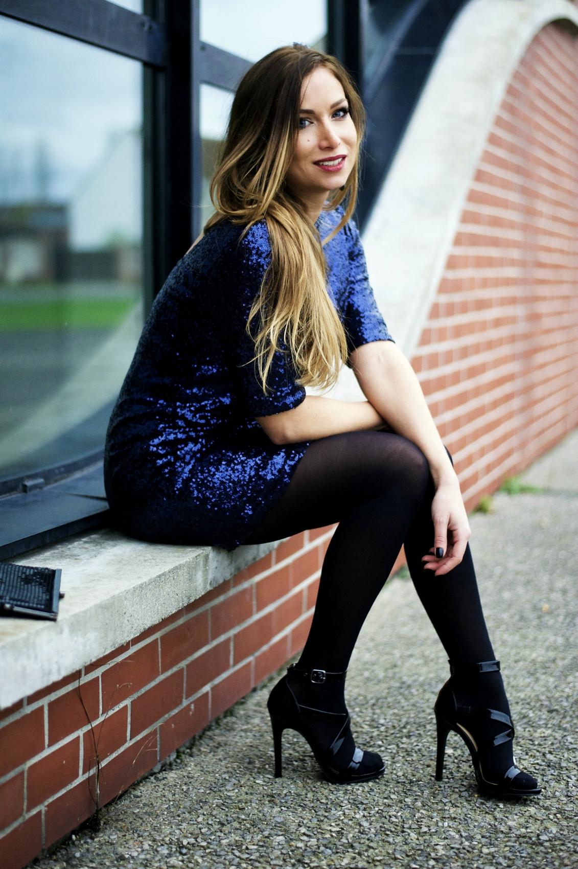 tenue de soirée robe a paillettes sequins bleu nuit collants opaques noirs sandales vernies