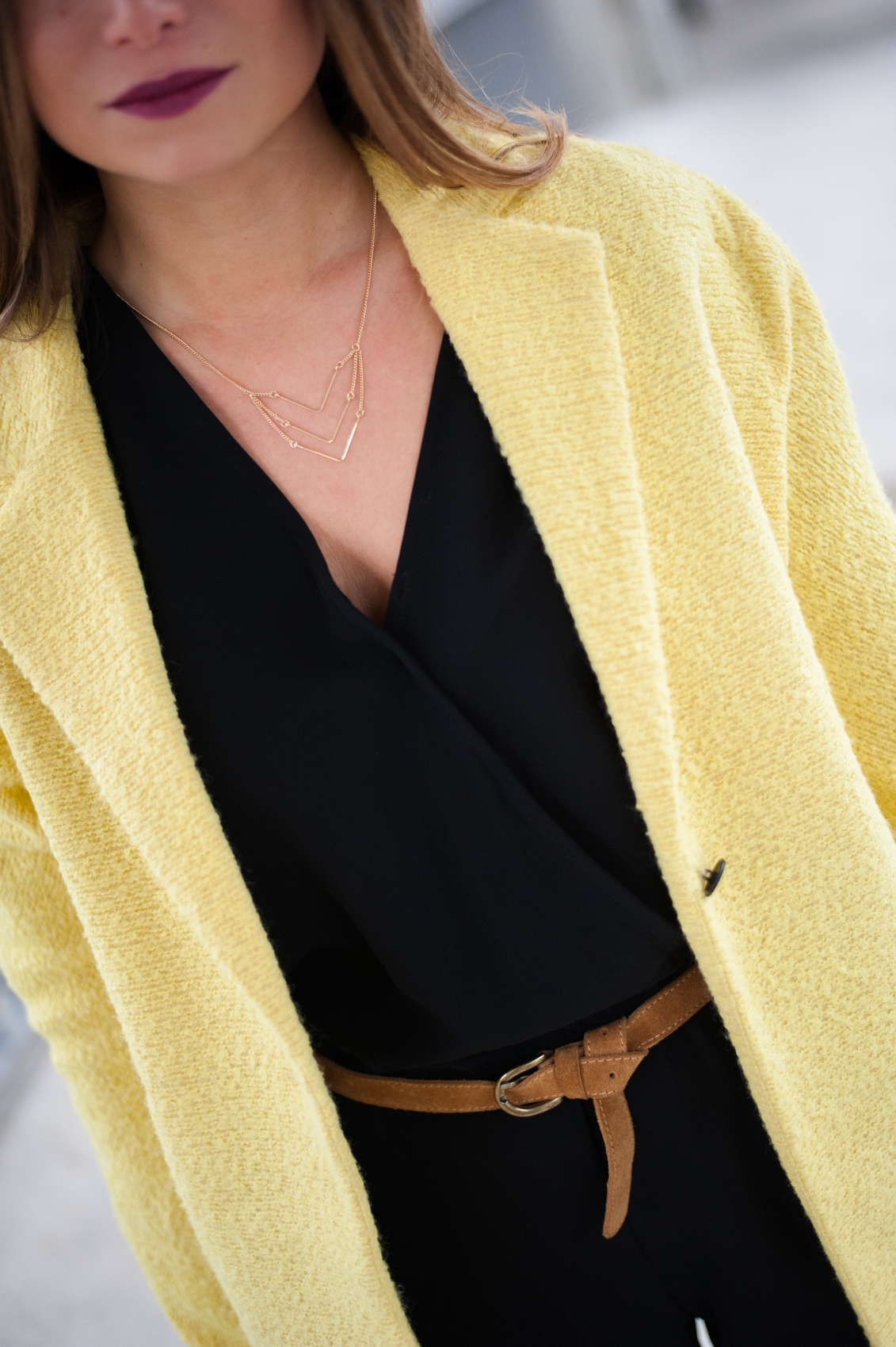 collier or mango touch ceinture camel manteau jaune