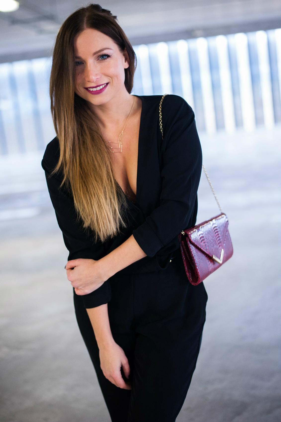 combinaison pantalon noir h&m fluide decolleté v croisé collier fantaisie or mango blog mode