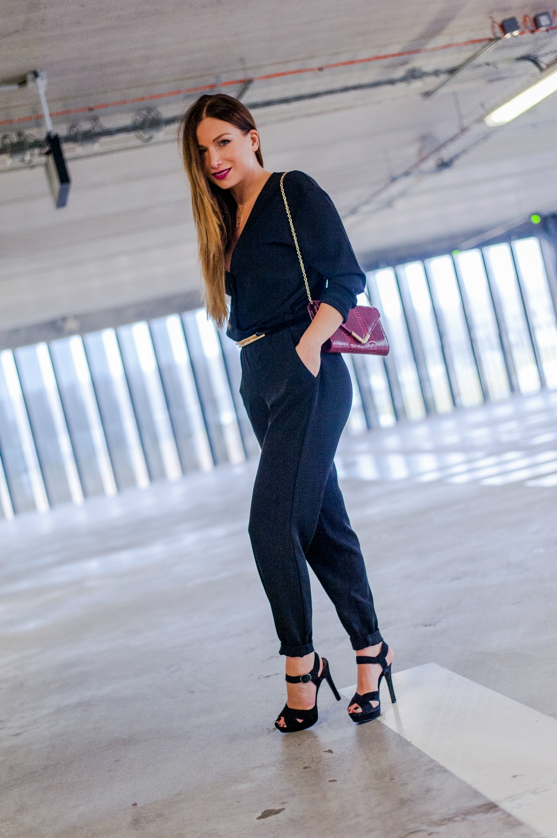 how to wear a black pant jumpsuit combinaison pantalon chic et sandales plateform high heel