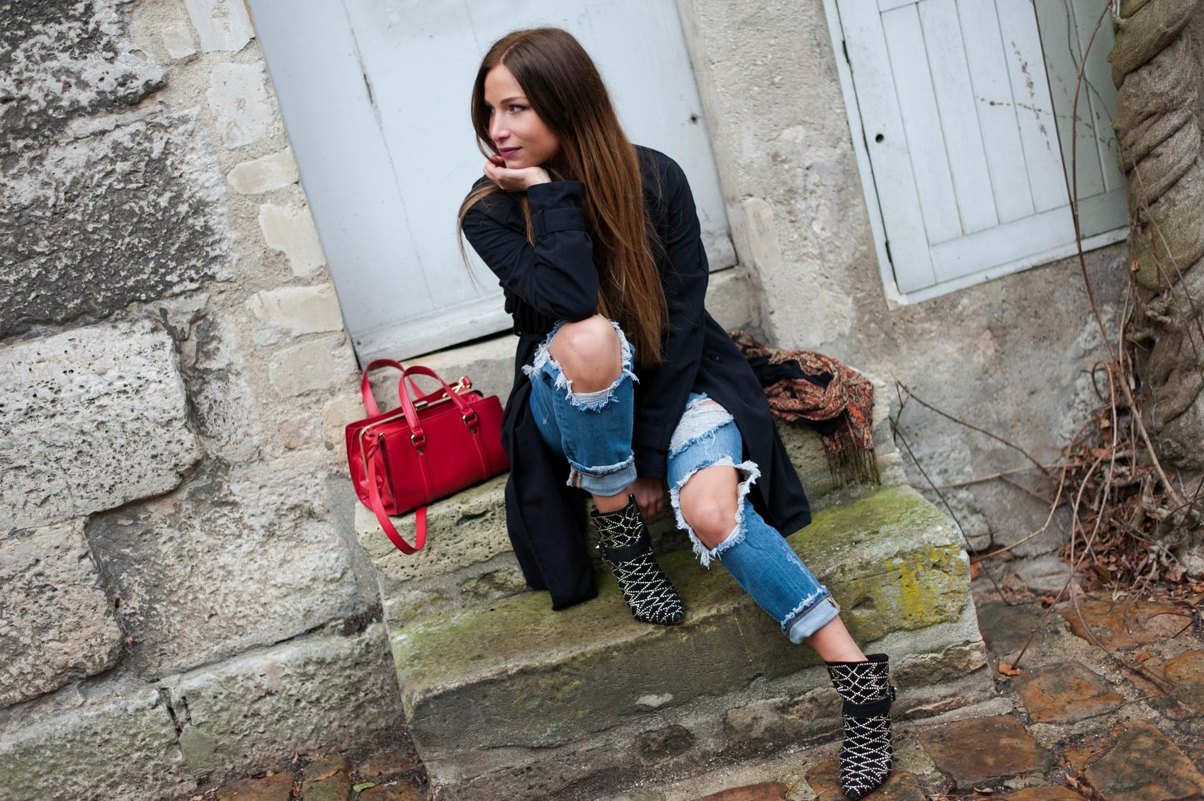 jeans boyfriend déchiré délavé zara low boots sac rouge en cuir plaid vintage trench noir