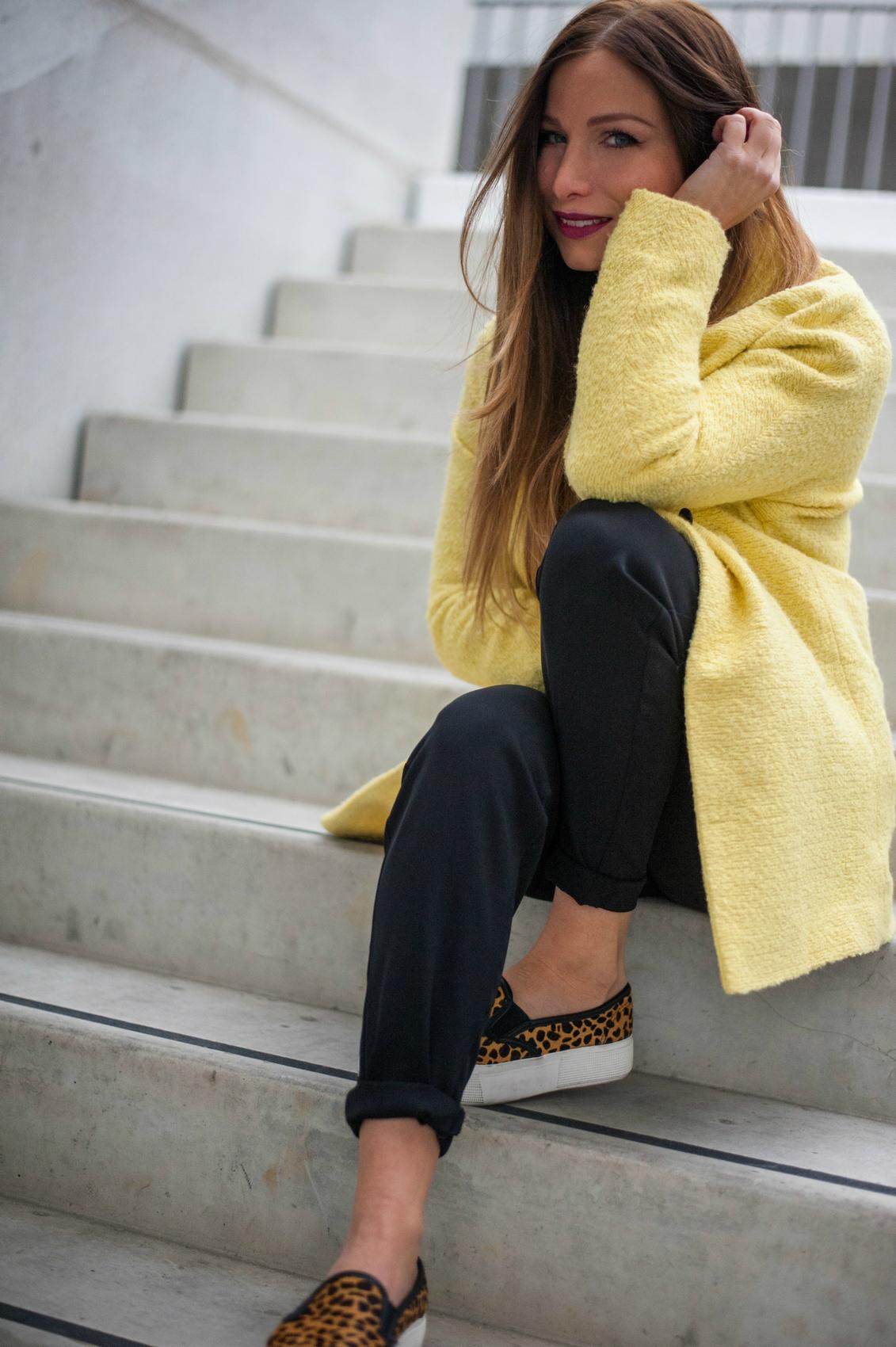 manteau jaune et sneaker leopard blog mode 0