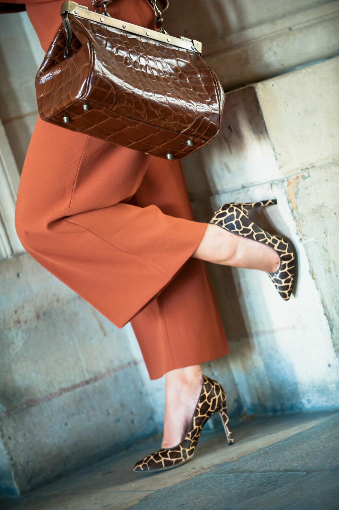 escarpins à talons imprimé animal girafe bata sac cuir croco vintage