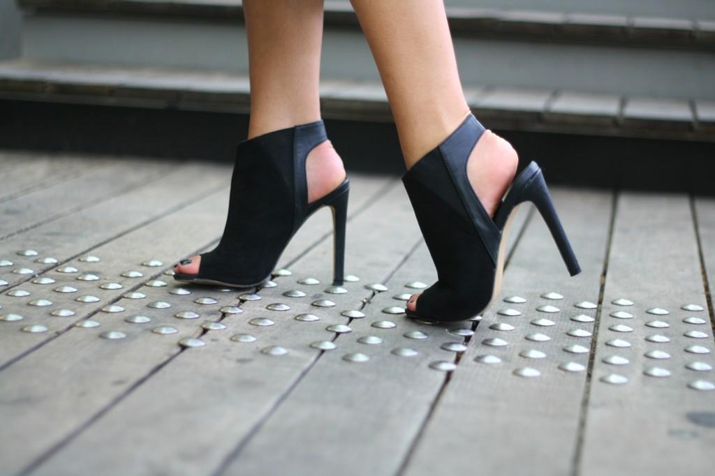 Fabuleux bottines ouvertes en daim noir talon aiguille – La Minute Fashion #DE_87