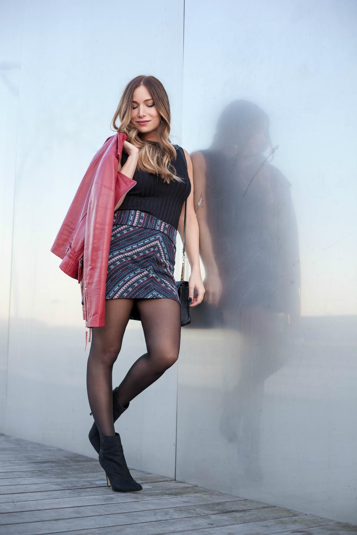 Jolie fille en mini jupe - YouTube