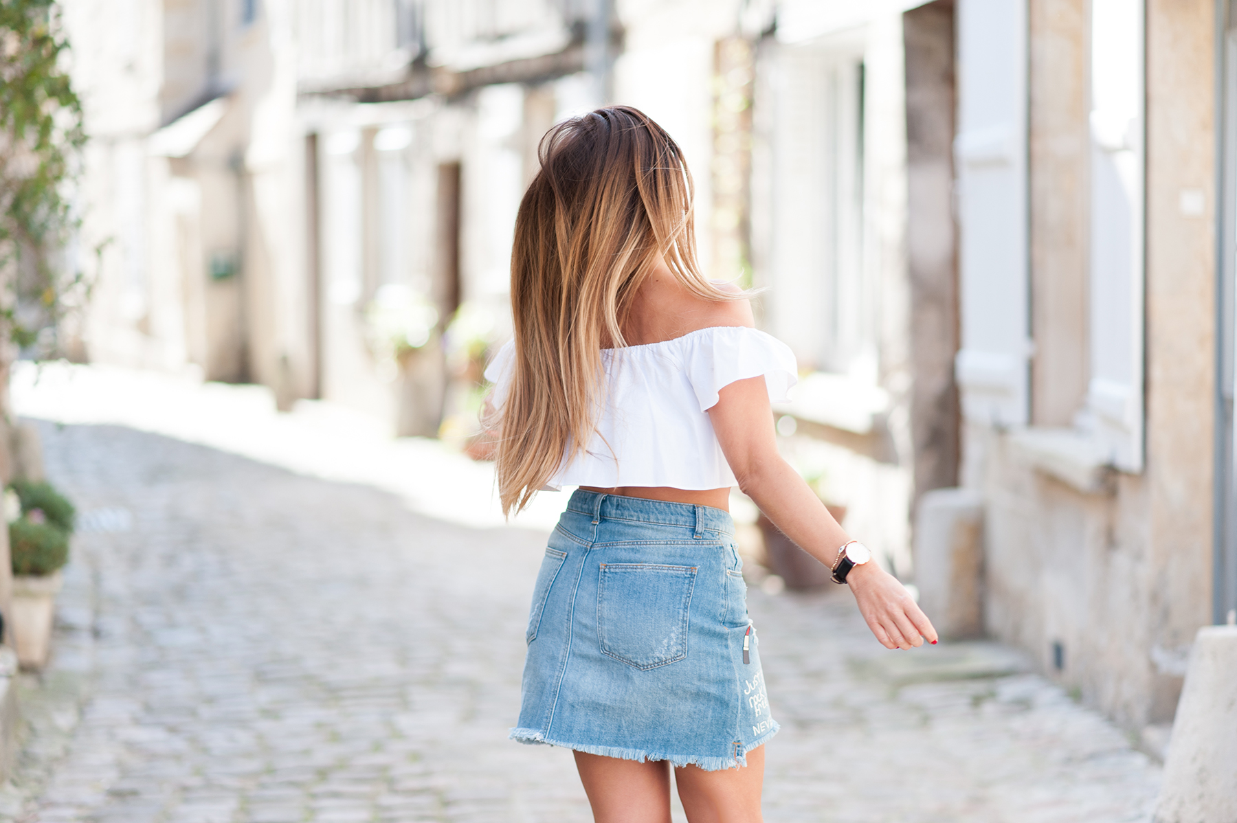 denim skirt and white top zara fashion blog