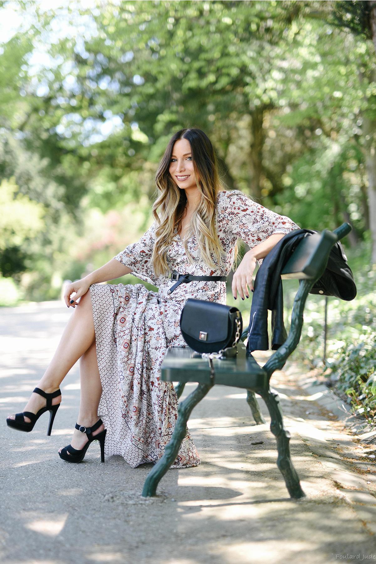robe longue à fleurs et sandales à talons