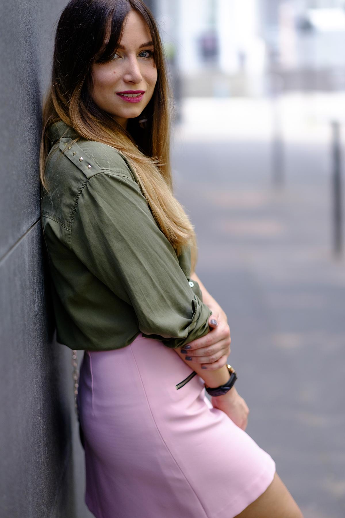 chemise militaire kaki et jupe rose
