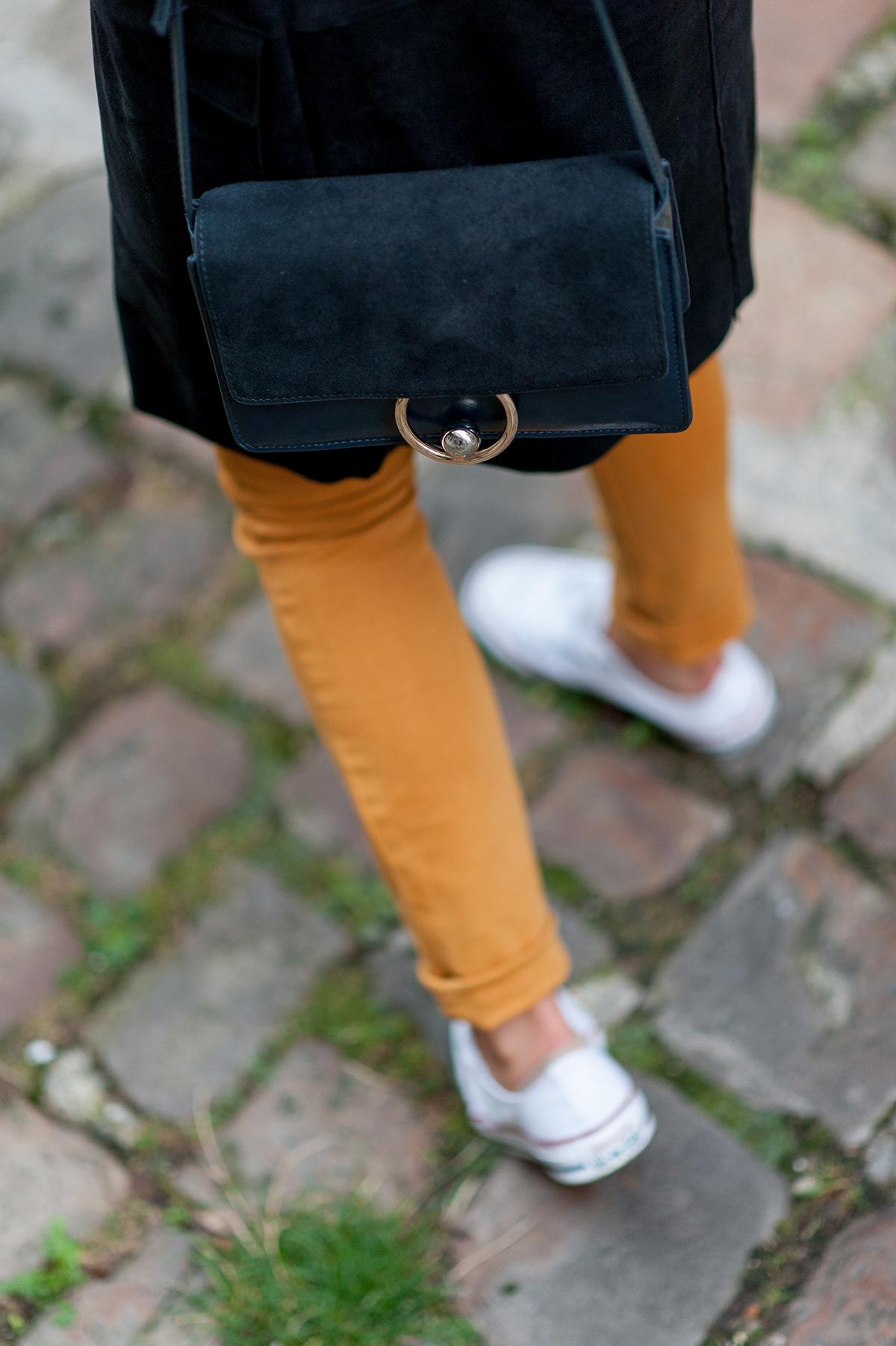 jean jaune et converses blanches