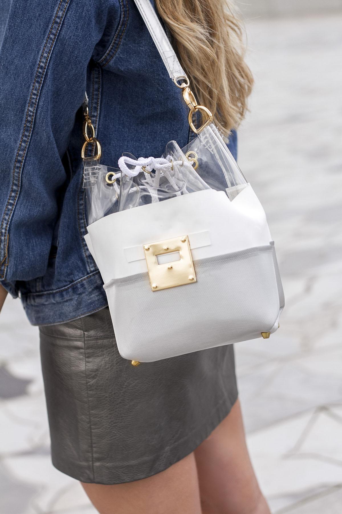 look-metallise-tendance-jupe-cuir-argent-et-sac-sceau-resille-metallisee