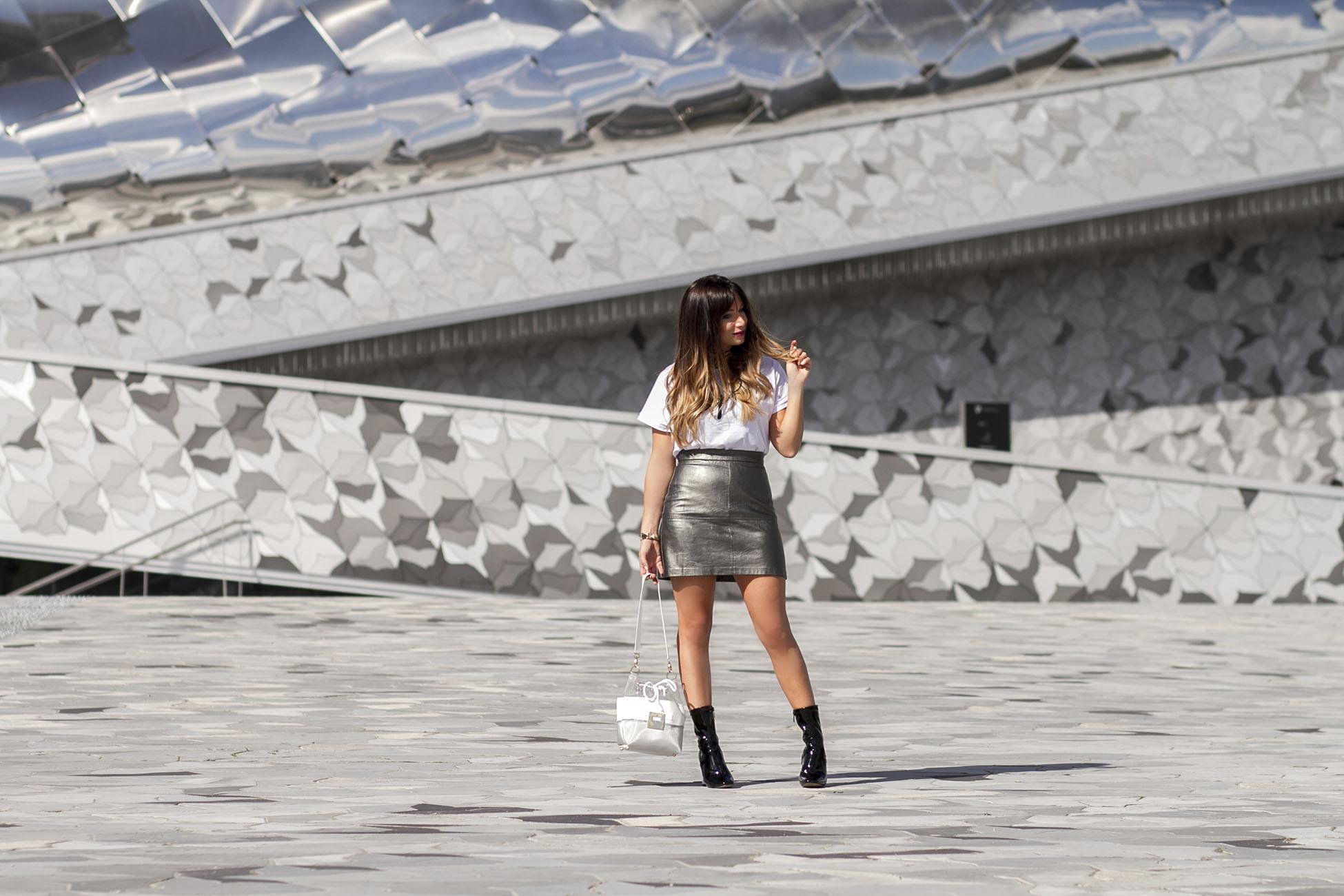 mini-jupe-en-cuir-argent-et-tshirt-blanc-streetstyle-philharmonie-paris