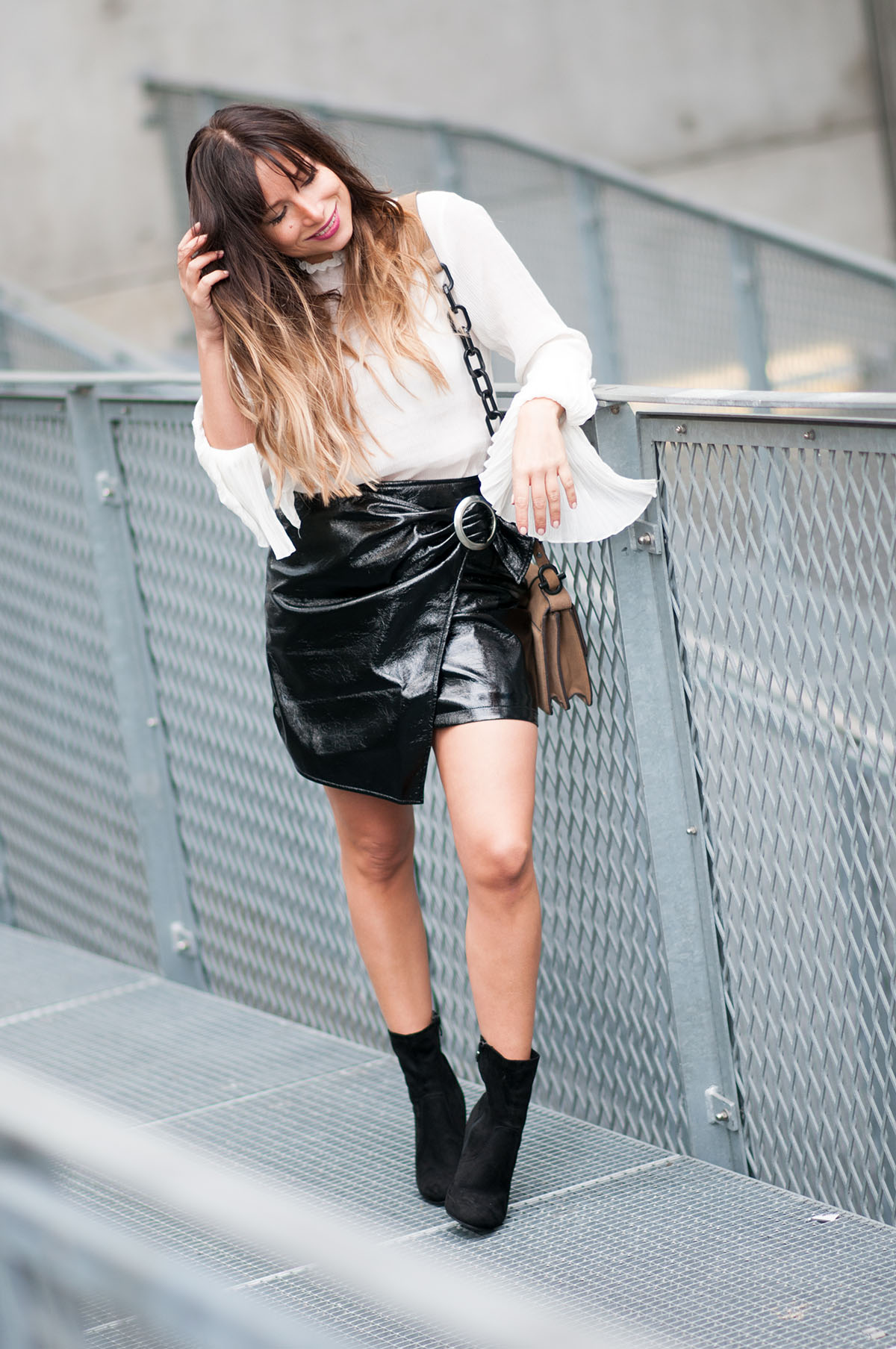 chemisier-blanc-manche-cloches-hm-jupe-noire-vernie