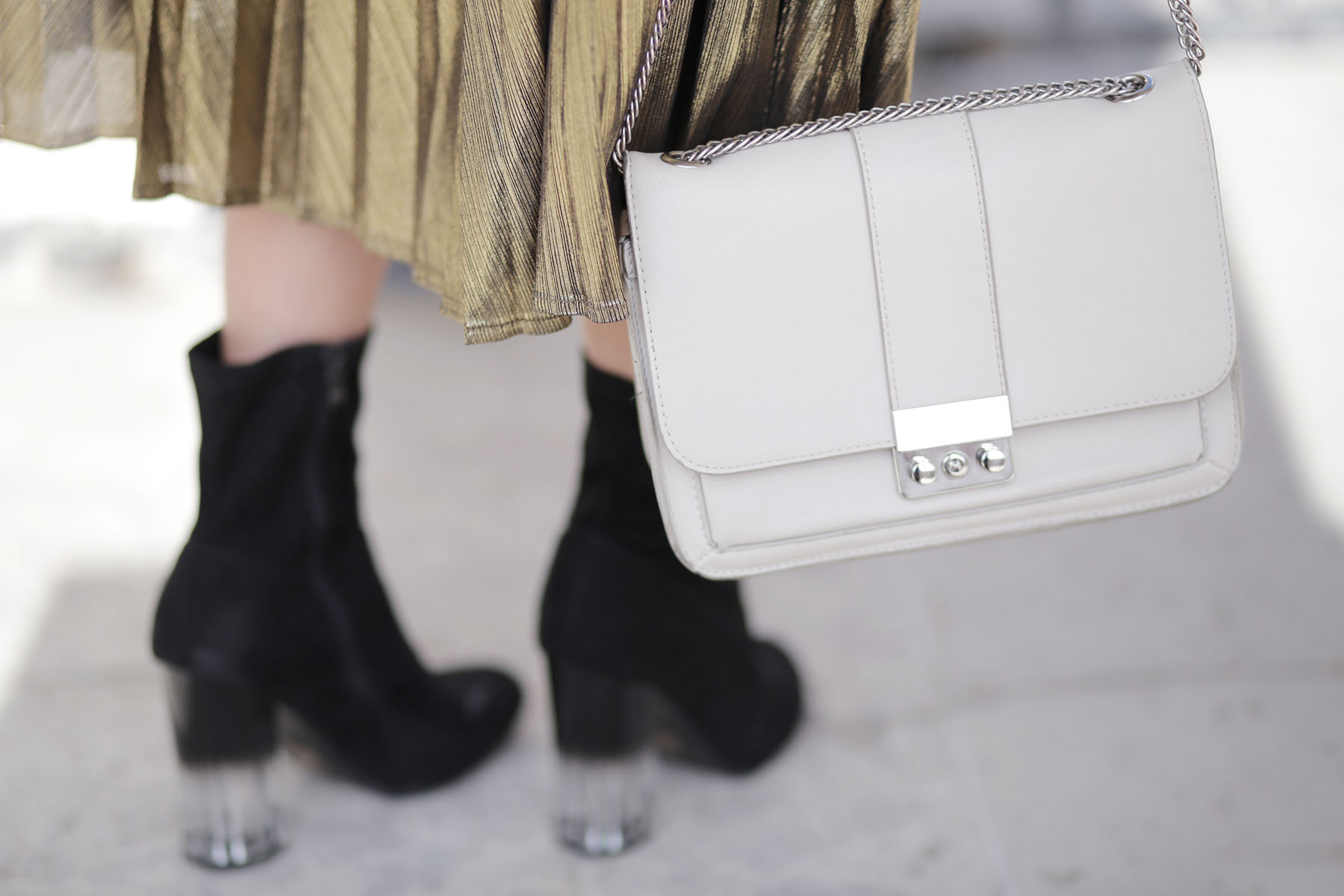 sac-a-main-blanc-casse-minimaliste-et-bottines-talon-transparent
