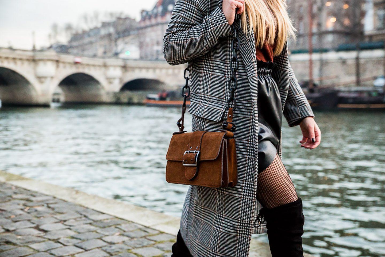 Comment porter la jupe en cuir : cuissardes ou Vans ?!