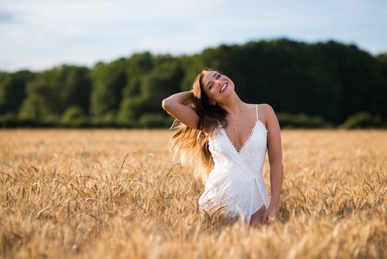 Les champs de blé </br> La robe en dentelle blanche